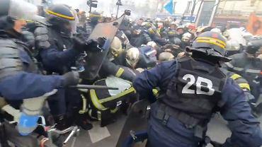 Starcia strażaków z policją we Francji.