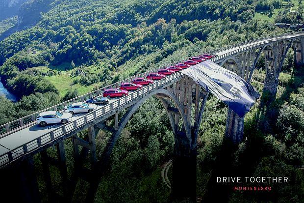 Most nad kanionem Tara, a na nim, jak resoraki, ustawione nowe modele Mazdy. Brakuje do kompletu tylko nowej Mazdy 3.
