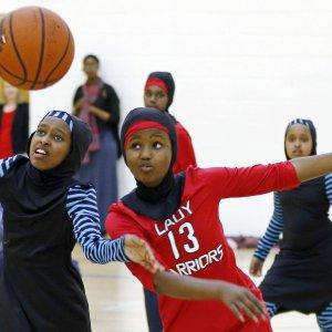 Dziewczynki muzułmanki w strojach sportowych