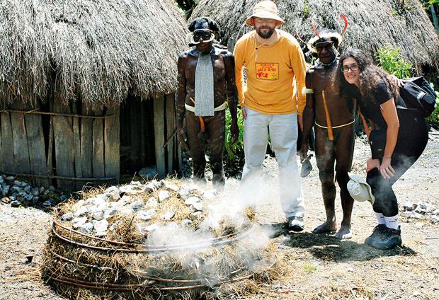 podróże, Podróże: świński festiwal w Papui, W takim kopcu między warstwami gorących kamieni piecze się świnia i słodkie ziemniak