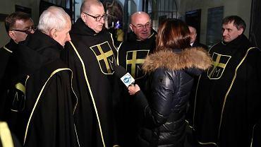 Rocznica śmierci Jana Pawła II. Rycerze Jana Pawła II blokują dostęp na dziedziniec krakowskiej kurii ekipie TVN