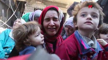 13 października 2017 r., Rakka. Syryjscy cywile uciekający z terenów zajmowanych jeszcze przez Państwo Islamskie