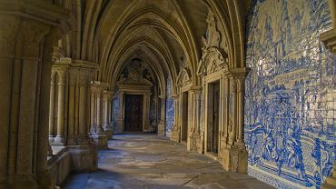 Portugalia Porto. Katedra Se, Katedra Porto - gotycki krużganek / Shutterstock