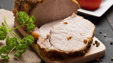 Schab pieczony to danie, które świetnie sprawdza się szczególnie podczas rodzinnego obiadu.