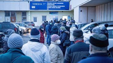 22.01.2021, Poznań, osiedle Bolesława Chrobrego. Przychodnia Termedica. Rejestracja pacjentów 70+ na szczepienia przeciw COVID-19.  Pierwszy pacjent stawil sie w kolejce o godzinie trzeciej w nocy .