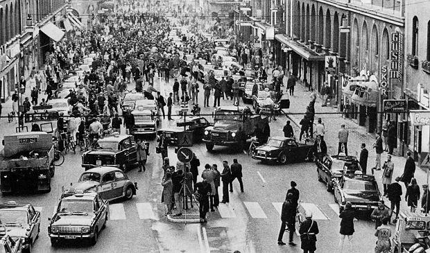 Centrum Sztokholmu, niedziela, 3 września 1967 r. Samochody zjeżdżają z lewego pasa jezdni na prawy. Zmianę zaplanowano na godz. 5 rano, o 4.50 każdy pojazd miał się zatrzymać, poczekać 10 minut i przejechać na prawy pas jezdni