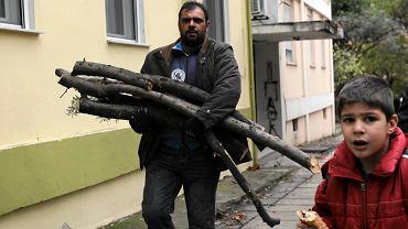 Mieszkaniec Salonik niesie drewno do ogrzewania mieszkania, 2 grudnia br.