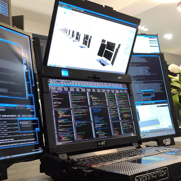 Laptop z siedmioma ekranami