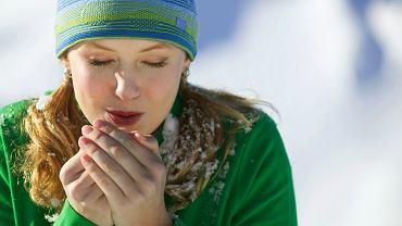 Suchość skóry rąk szczególnie zaostrza się zimą z powodu mrozu i gorszego ukrwienia skóry oraz działania suchego powietrza