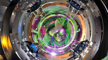 Naukowiec zwalnia z blokady lustro - kluczowy element detektora fal grawitacyjnych VIRGO we Włoszech