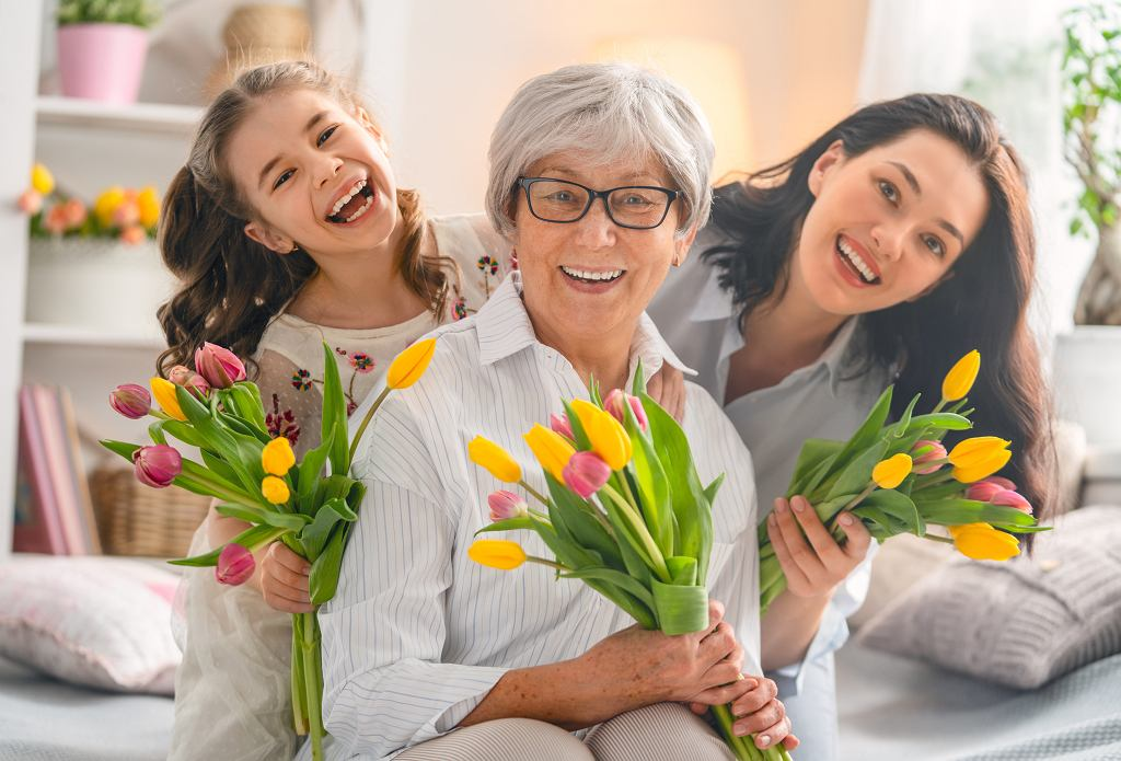 BHappy,Womens,Day!,Child,Daughter,Is,Congratulating,Mom,And,Granny