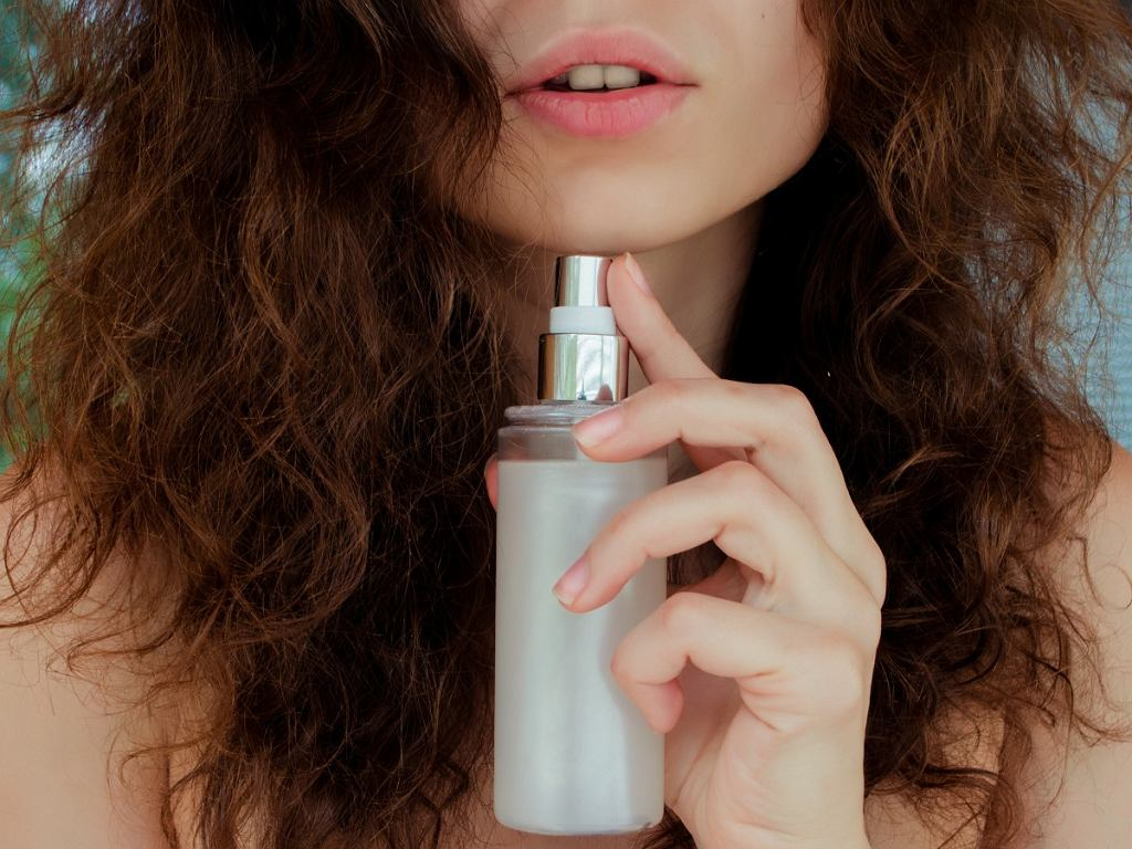 jak dbać o kręcone włosy