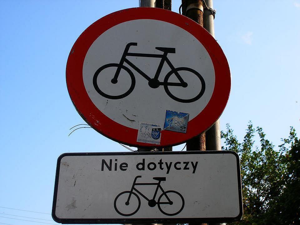Znak zakazu wjazdu rowerów i tabliczka 'nie dotyczy rowerów'