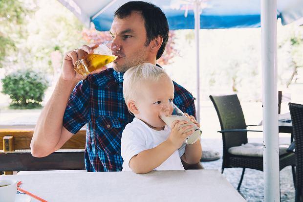 """""""Zakrapiane"""" rodzicielstwo. Pijemy przy dzieciach, tylko niektórzy się tego wstydzą. A pijemy coraz więcej"""