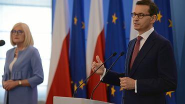 Premier rządu PiS Mateusz Morawiecki i rzecznik Joanna Kopcińska podczas konferencji prasowej po posiedzeniu gabinetu. Warszawa, KPRM, 21 maja 2019