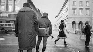 Po 13 grudnia 1981, Warszawa. Milicjanci na skrzyżowaniu ulic Świętokrzyskiej i Nowy Świat