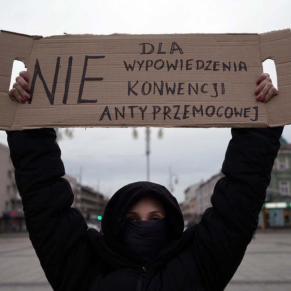 Częstochowa, pl. Biegańskiego, 29 marca 2021 r. Protest kobiet przeciwko wypowiedzeniu konwencji antyprzemocowej