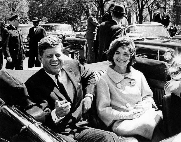 22 listopada 1963 roku o godz.12.30, od kul wystrzelonych z karabinu Carcano kaliber 6,5 mm zginął prezydent John Fitzgerald Kennedy. Pierwszy pocisk trafił go w grdykę, drugi w czaszkę.