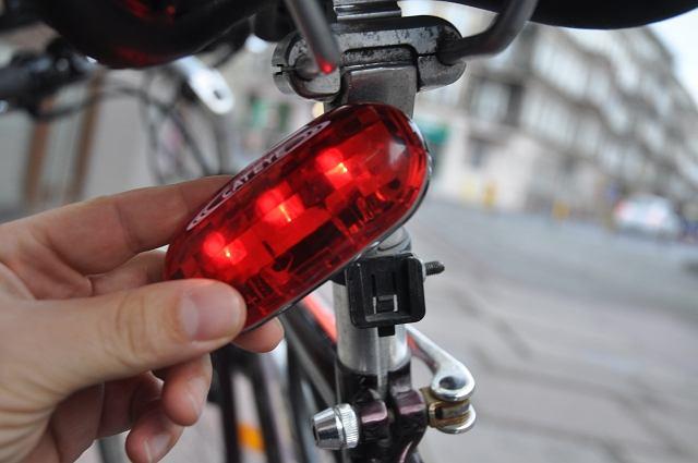 Oświetlenie roweru. Zdejmowana, tylna lampka