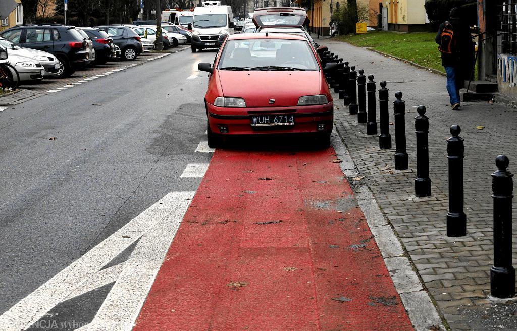 Ulica Dąbrowskiego: samochód zaparkowany na pasie rowerowym