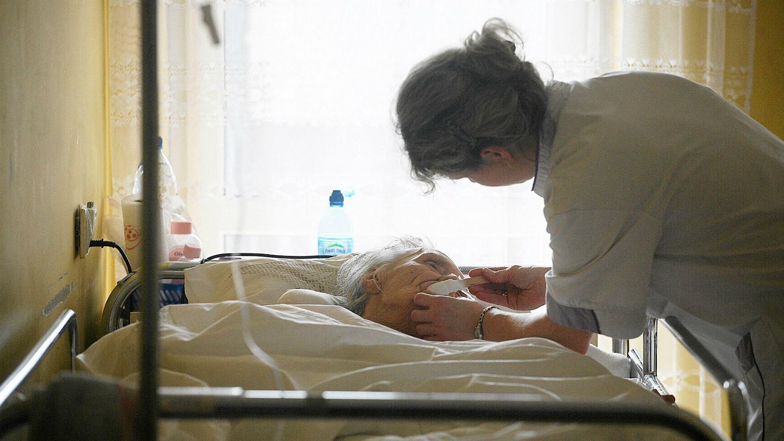 W Polsce starzejącymi rodzicami opiekują się przede wszystkim kobiety