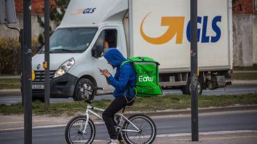 W związku z pandemią koronawirusa nastąpił wzrost zapotrzebowania na pracę kurierów. Bydgoszcz, 26 marca 2020