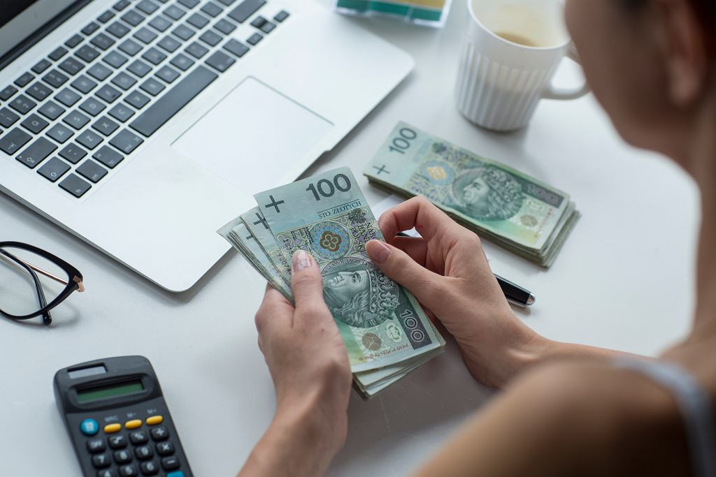 3Woman,Is,Calculating,Her,Money.,Is,It,Enough,To,Buy
