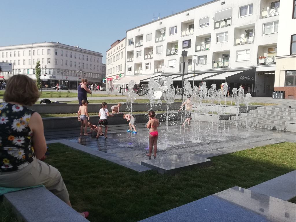 Dzieci podczas upałów szukają ochłody w miejskich fontannach
