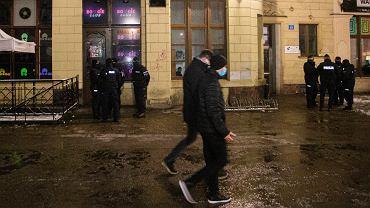 Kontrola policji w klubie we Wrocławiu (zdjęcie ilustracyjne)