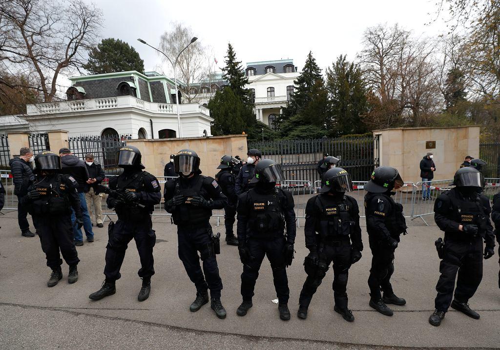 Czechy. Policja przed budynkiem ambasady Rosji w Pradze.