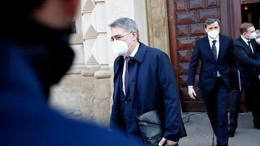 Ambasador Rosji w Czechach Aleksandr Zmiejewski opuszcza budynek czeskiego Ministerstwa Spraw Zagranicznych, Praga, 21.04.2021