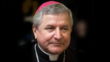 Karetka zabrała do szpitala pijanego biskupa Janiaka.