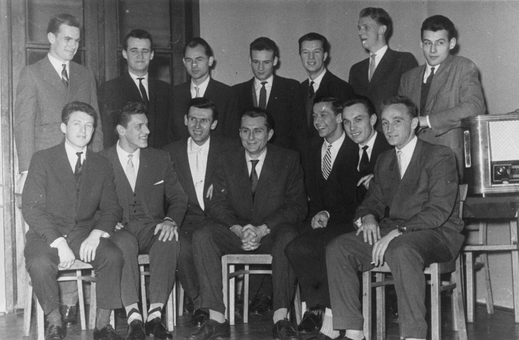 Mistrzowska drużyna Polonii Warszawa z 1959 roku. W środku siedzi trener Władysław Maleszewski. Z lewej strony Janusz Wichowski, z prawej Jerzy Piskun