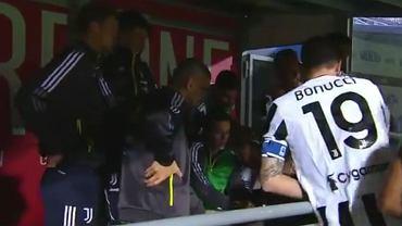 Piłkarze Juventusu czekają na koniec meczu Napoli