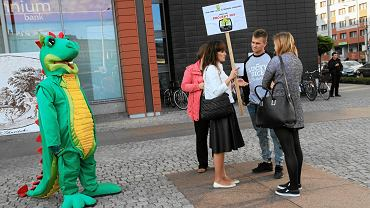 Aktywiści ze Swojczyc podczas akcji przekonywania do swojego projektu w głosowaniu budżetu obywatelskiego