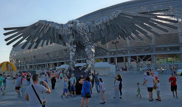Orzeł przed stadionem w Budapeszcie (Groupama Arena)