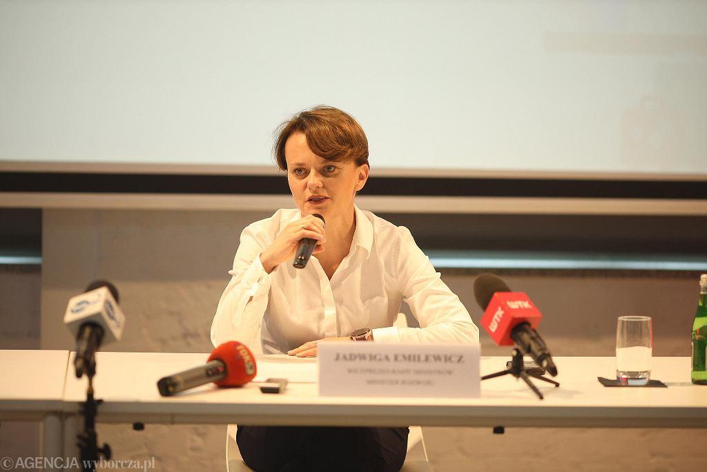 Jadwiga Emilewicz podczas konferencji prasowej poświęconej projektowi bonu turystycznego.
