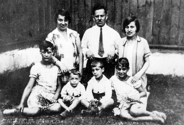 Rodzina Cukierów mieszkała w kamienicy przy Nowolipiu 53 na warszawskim Muranowie. Rubin Cukier (w górnym rzędzie w środku) prowadził zakład ślusarsko-hydrauliczny. Na zdjęciu z lat 20. pierwsza z prawej od Rubina Cukiera jego bratanica Sabina, która pomagała mu w prowa- dzeniu firmy, a z lewej żona Ewa. W dolnym rzędzie ich dzieci, od lewej: Stella, Józef (Józef Hen), Hipek i Mirka. Wojnę przeżyło tylko dwoje pierwszych oraz Ewa Cukier.