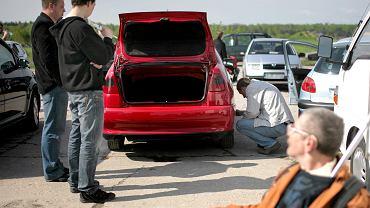 Klienci na giełdzie samochodowej