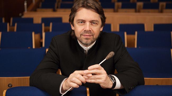 Nowy dyrektor artystyczny Filharmonii Narodowej. Zaczynał jako muzyk rockowy, a dziś jest uznanym dyrygentem