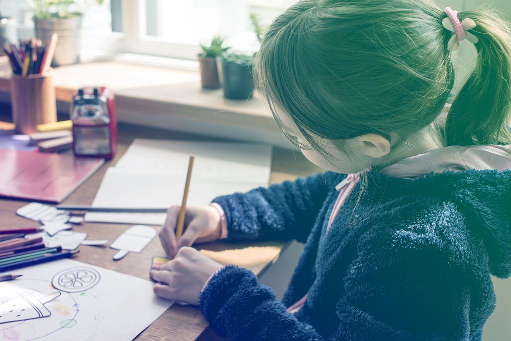 To ważne, aby dzieci siedząc przy biurku od czasu do czasu oderwały wzrok od książek i spojrzały w dal