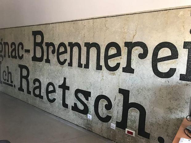 Napis reklamowy dawnej wytwórni koniaków Raetscha