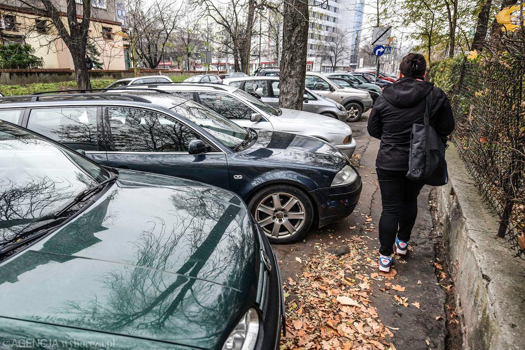 Często kierowcy tak parkują auta, że brakuje miejsca dla pieszych na chodnikach