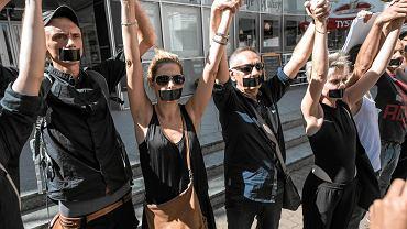 Protest pod Teatrem Polskim przeciw Cezaremu Morawskiemu