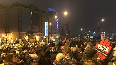 Tłum oblega siedzibę PiS.