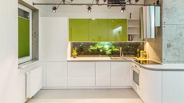 Ściana nad blatem roboczym to newralgiczne miejsce w każdej kuchni - trzeba ją odpowiednio zabezpieczyć. Jeśli wybierzemy odpowiedni materiał, będzie również ozdobą całego pomieszczenia i ciekawym tłem zabudowy. Oto, czym można wykończyć ten fragment kuchni.