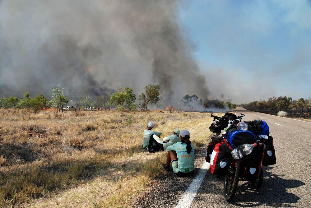 Joachim Czerniak i towarzyszące mu osoby pokonali w Australii już ponad 2,5 tysiąca kilometrów na rowerach. Ta wyprawa jest dla chłopaka formą rehabilitacji i dowodem na ostateczne rozprawienie się z rakiem.