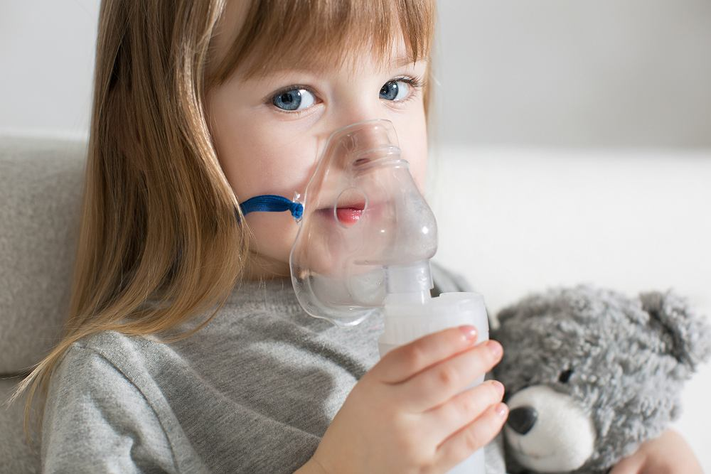 Znakomitym domowym sposobem na kaszel, który pomoże złagodzić dokuczliwe objawy, są inhalacje - tradycyjnie - nad miską z gorącą wodą z dodatkiem olejku eterycznego lub przy użyciu nebulizatora