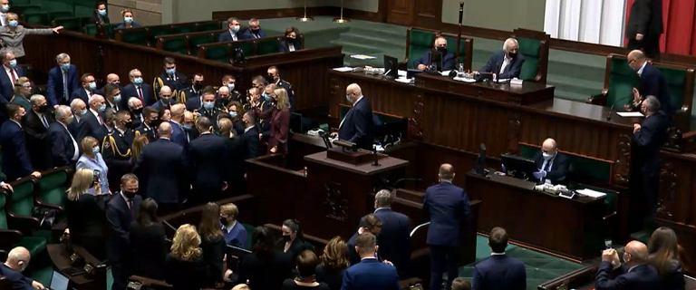 """Bunt posłów w Sejmie. """"Hańba!"""". Terlecki: Proszę straż o interwencję!"""