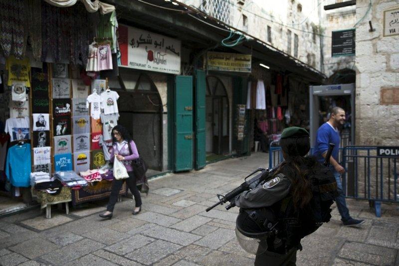 Policjantka przed restauracją na starym mieście w Jerozolimie
